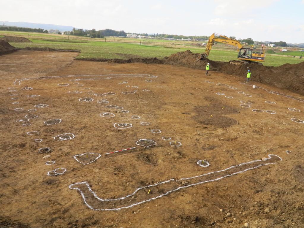Arkæologiske udgravninger i Østfasen september 2015, omrids af større gårdsanlæg fra ældre romersk jernalder (ca. år 1-375 e.kr.)